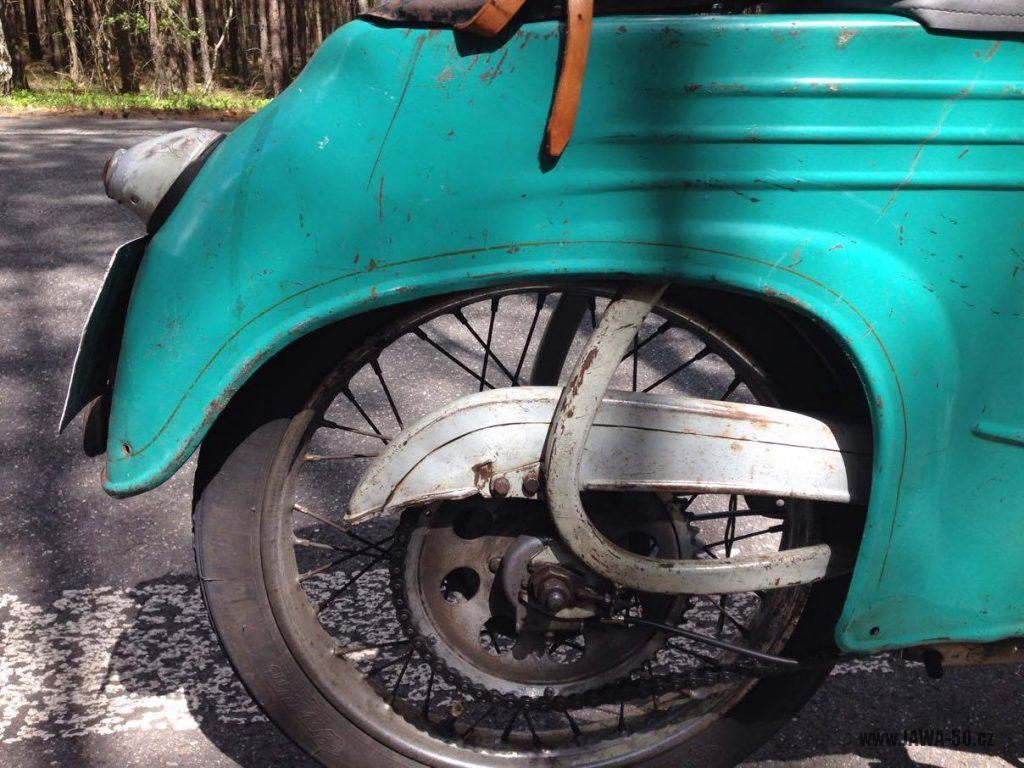 Motocykl Jawa 555 Pionýr, provedení De luxe s chromovanými ráfky kol (rok 1962) - zadní blatník, kryt řetězu a kolo