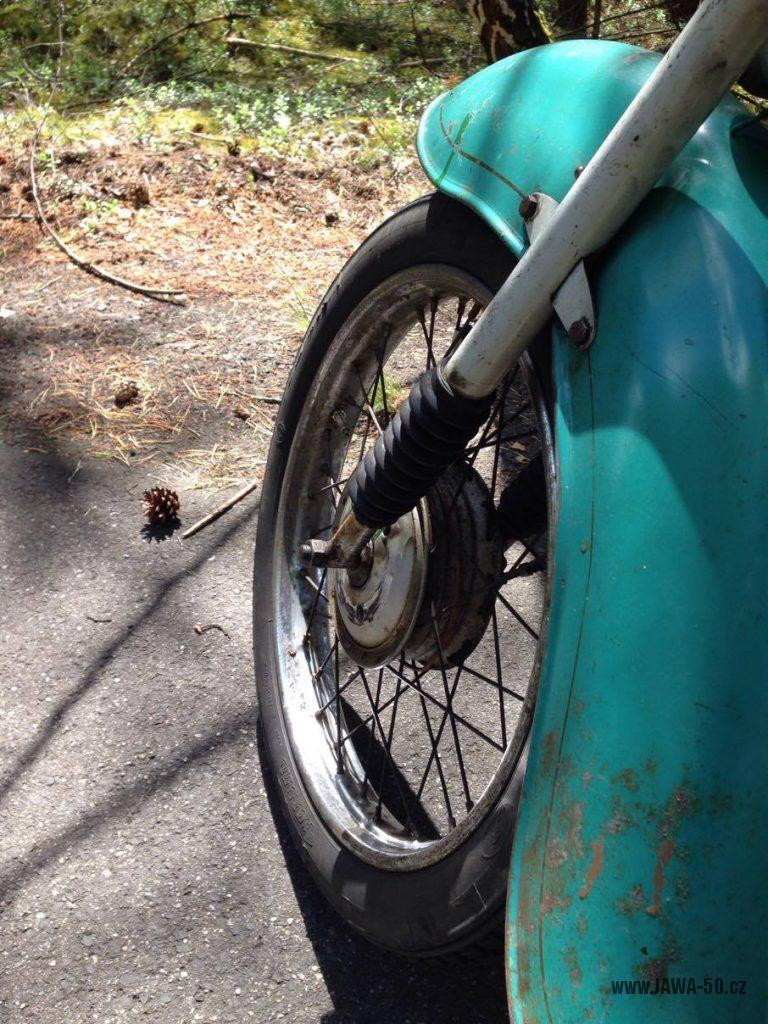 Motocykl Jawa 555 Pionýr, provedení De luxe s chromovanými ráfky kol (rok 1962) - přední blatník a kolo