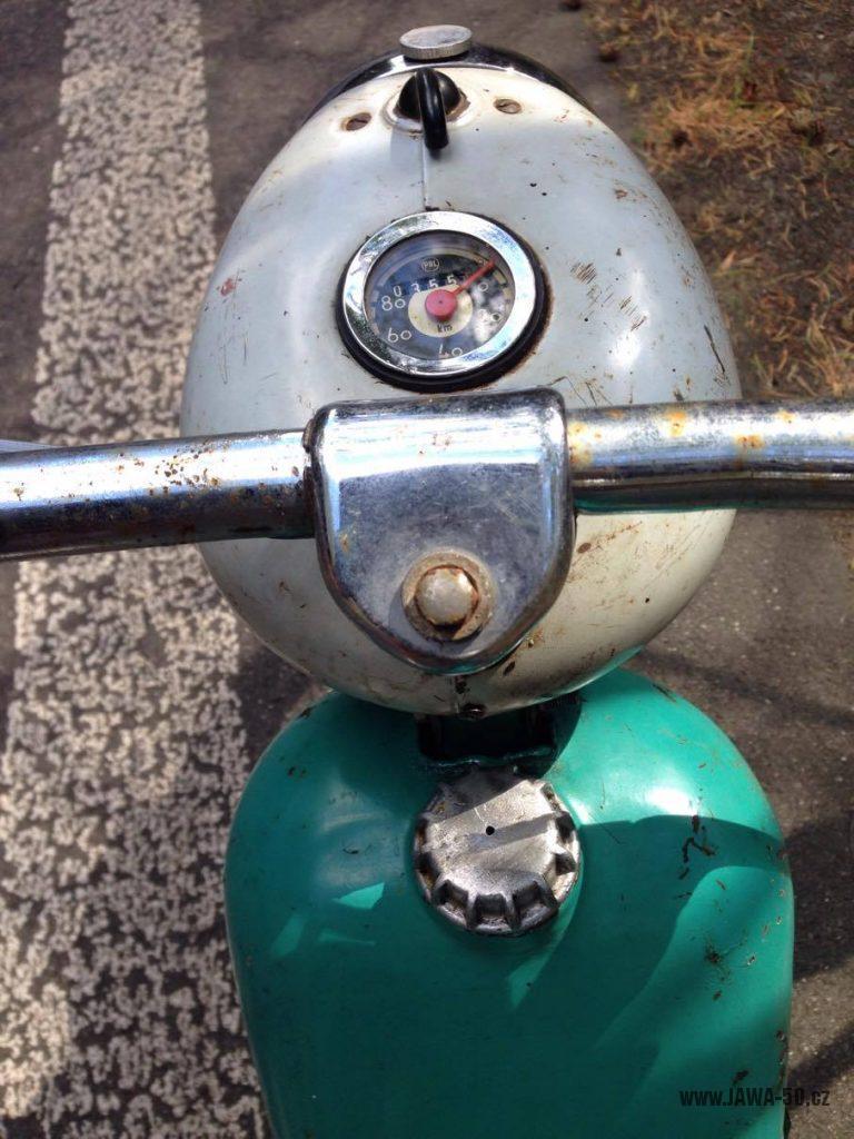 Motocykl Jawa 555 Pionýr, provedení De luxe s chromovanými ráfky kol (rok 1962) - řídítka a tachometr