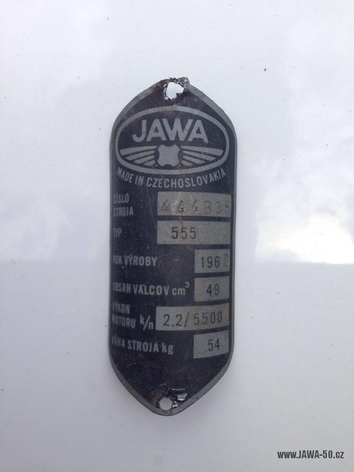 Motocykl Jawa 555 Pionýr, provedení De luxe s chromovanými ráfky kol (rok 1962) - výrobní štítek