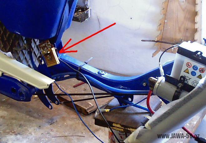 Umístění 6V regulátoru napětí (dobíjení) motocyklu Jawa 50