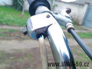 Devátá varianta širokých řídítek montovaných na motocykly Jawa 50 (typy 21 Sport a 23 Mustang) - tažení kabelážek k přepínači světla