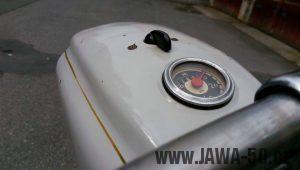 Vývozní (exportní) motocykl Jawa 05 Standard z roku 1965 pro východní Německo - maska světlometu a tachometr