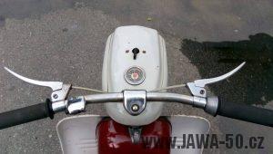 Vývozní (exportní) motocykl Jawa 05 Standard z roku 1965 pro východní Německo - řídítka a tachometr