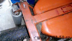 Vývozní (exportní) motocykl Jawa 05 Standard z roku 1965 pro východní Německo - netradiční uchycení palivové nádrže