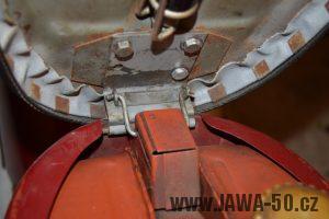 Motocykl Jawa 05 Pionýr z roku 1965 v originálním stavu - pant odklopeného sedadla