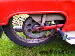 Motocykl Jawa 20 Pionýr z roku 1973 v originálním stavu - zadní kolo a kryt řetězu