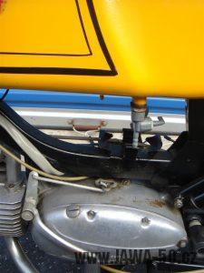 Druhé provedení vývozního motocyklu Jawa 23 Golden Sport z roku 1972 - motor a řadící páka