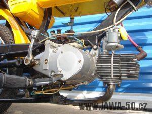 Druhé provedení vývozního motocyklu Jawa 23 Golden Sport z roku 1972 - motor a brzdový spínač