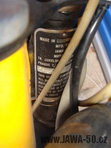 Druhé provedení vývozního motocyklu Jawa 23 Golden Sport z roku 1972 - výrobní štítek