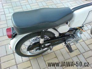 Motocykl Jawa 50 typ 23A Mustang z roku 1971 (druhá výrobní etapa) - sedadlo a kryt řetězu