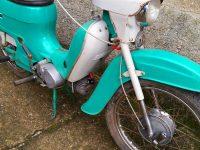 Motocykl Jawa 21 Sport (Pionýr) z roku 1976 (čtvrtá etapa) - přední vidlice a blatník