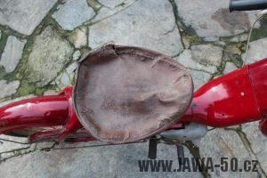 Nejstarší dochovaný kus motocyklu Jawa 550 Pionýr (pařez) v původním originálním stavu - původní sedadlo