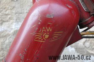 Motocykl Jawa 550 Pionýr (pařez) z roku 1955 v původním originálním stavu - lakované logo na nádrži