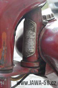 Motocykl Jawa 550 Pionýr (pařez) z roku 1955 v původním originálním stavu - výrobní štítek
