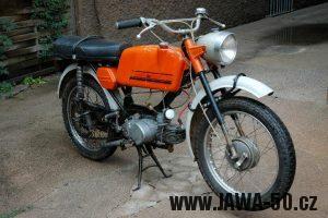 Jawa 23 Golden Sport 4. generace - mokik pro Velkou Británii s předním světlometem Aprilia (1974)