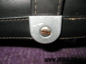 Jawa 23 Golden Sport 3. generace - uchycení popruhu k sedadlu
