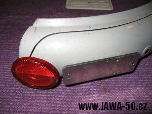 Jawa 23 Golden Sport 3. generace - zadní odrazka Hella na blatníku