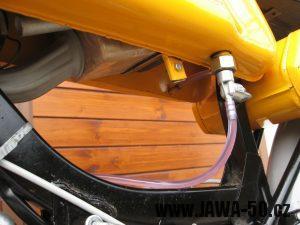 Jawa 23 Golden Sport 3. generace - důmyslné uchycení vzduchového filtru ve výduti nádrže