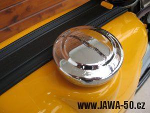 Jawa 23 Golden Sport 3. generace - okrasná chromovaná krytka víčka nádrže