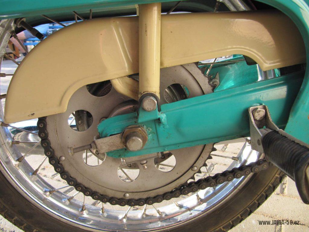 Dokonale zachovalý motocykl Jawa 21 Sport (Pionýr) v tyrkysové barvě z roku 1969 - rozeta a kryt řetězu
