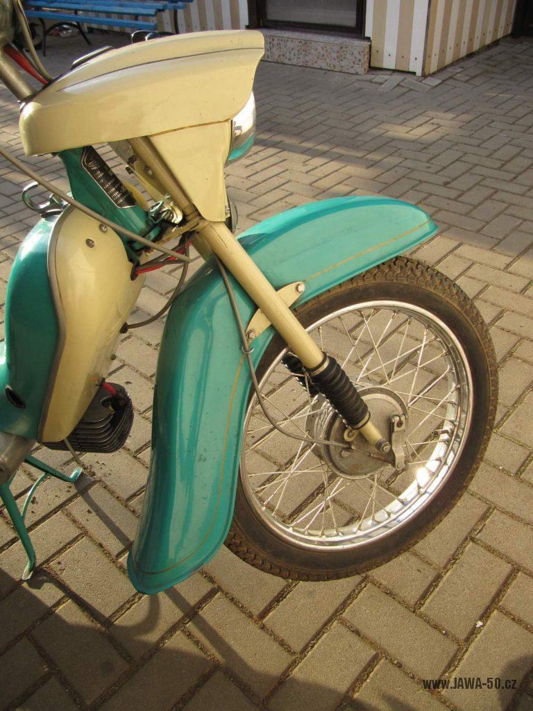 Dokonale zachovalý motocykl Jawa 21 Sport (Pionýr) v tyrkysové barvě z roku 1969 - přední kolo a blatník