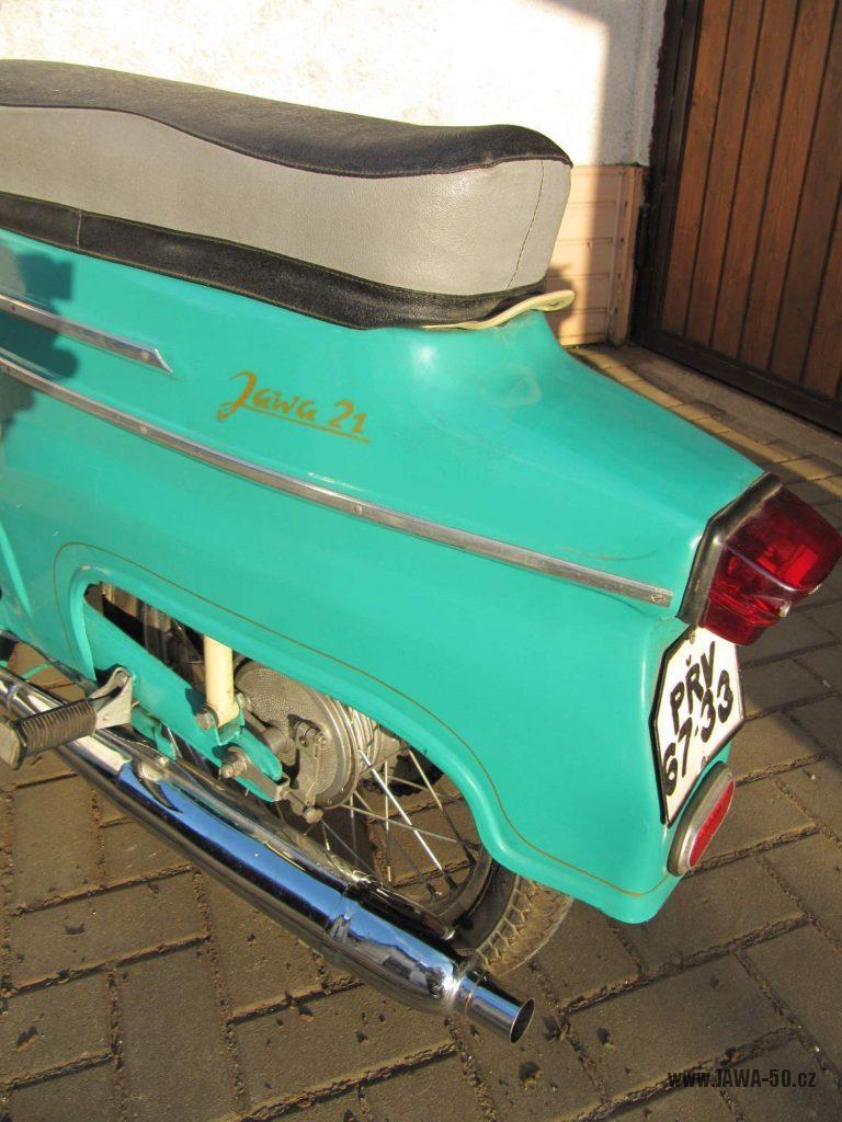 Dokonale zachovalý motocykl Jawa 21 Sport (Pionýr) v tyrkysové barvě z roku 1969 - zadní blatník s nápisem a výfuk