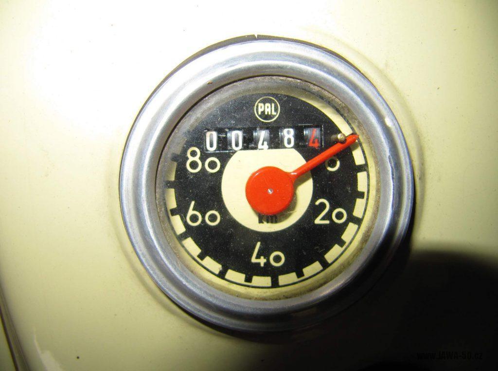 Dokonale zachovalý motocykl Jawa 21 Sport (Pionýr) v tyrkysové barvě z roku 1969 - tachometr