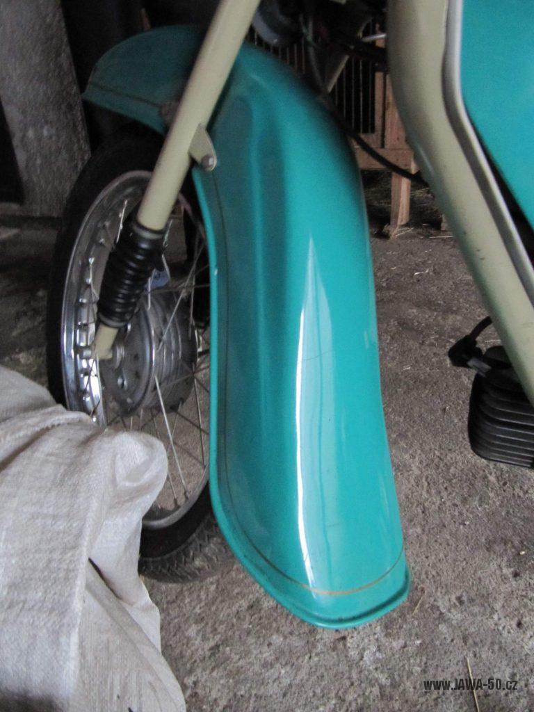 Dokonale zachovalý motocykl Jawa 21 Sport (Pionýr) v tyrkysové barvě z roku 1969 - přední blatník