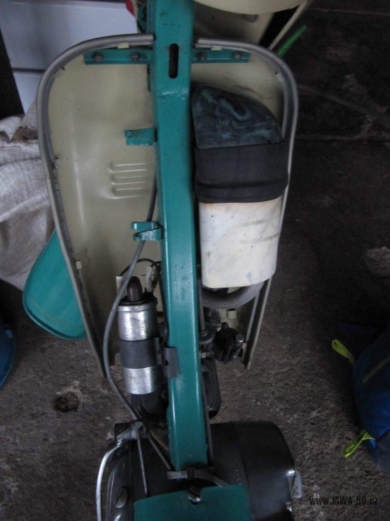 Dokonale zachovalý motocykl Jawa 21 Sport (Pionýr) v tyrkysové barvě z roku 1969 - prostor nad motorem, vzduchový filtr, indukční cívka