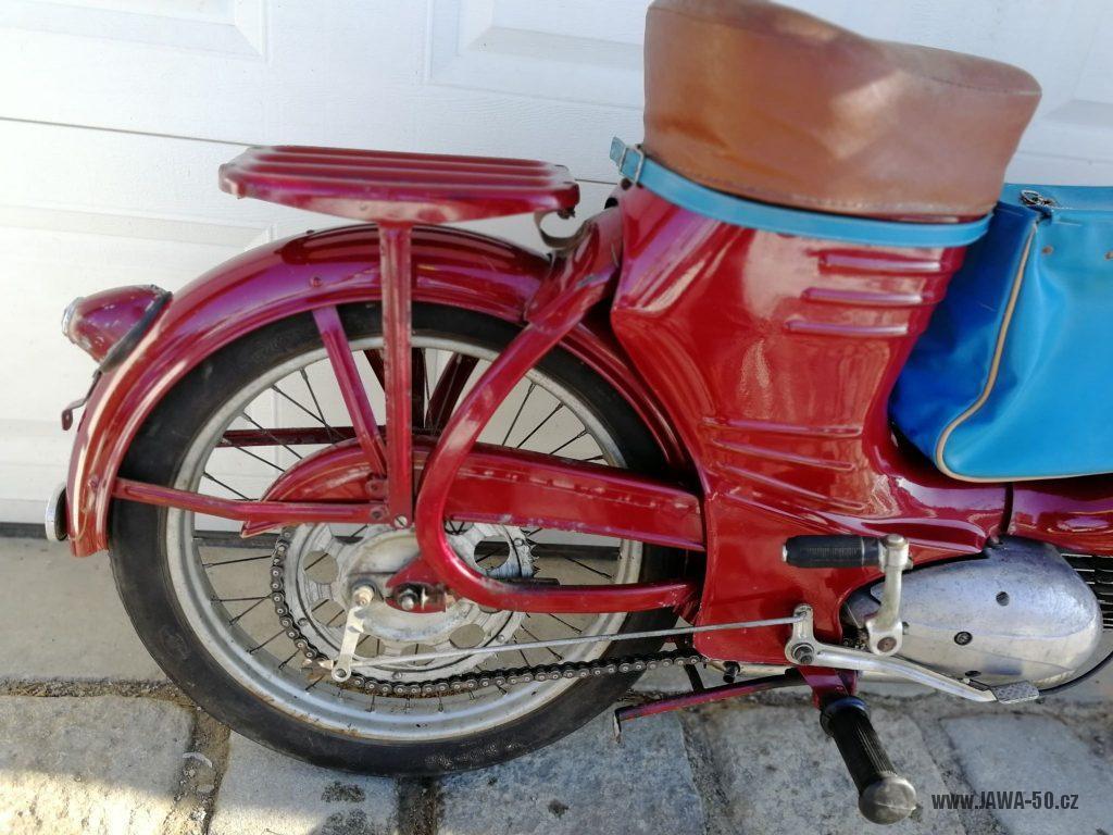 Motocykl Jawa 550 Pionýr (pařez) z roku 1956 v původním originálním stavu - dopasovaný nosič zavazadel z Jawy pérák
