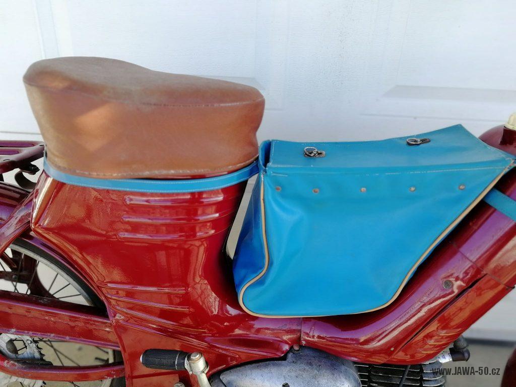 Motocykl Jawa 550 Pionýr (pařez) z roku 1956 v původním originálním stavu - dobový doplněk: brašna