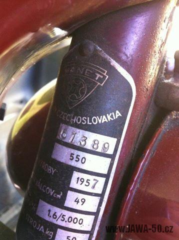 Zajímavý motocykl Manet 550 Pionýr (Jawa) z roku 1957 - výrobní štítek Manet