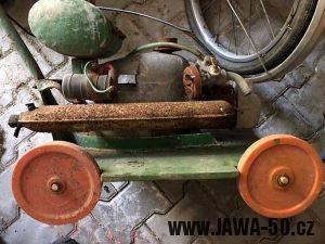 Lidová tvořivost - sekačka na trávu s motorem Jawa 50 pionýr