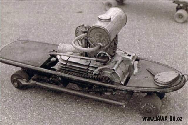 Lidová tvořivost - skateboard s motorem Jawa 50 Pionýr