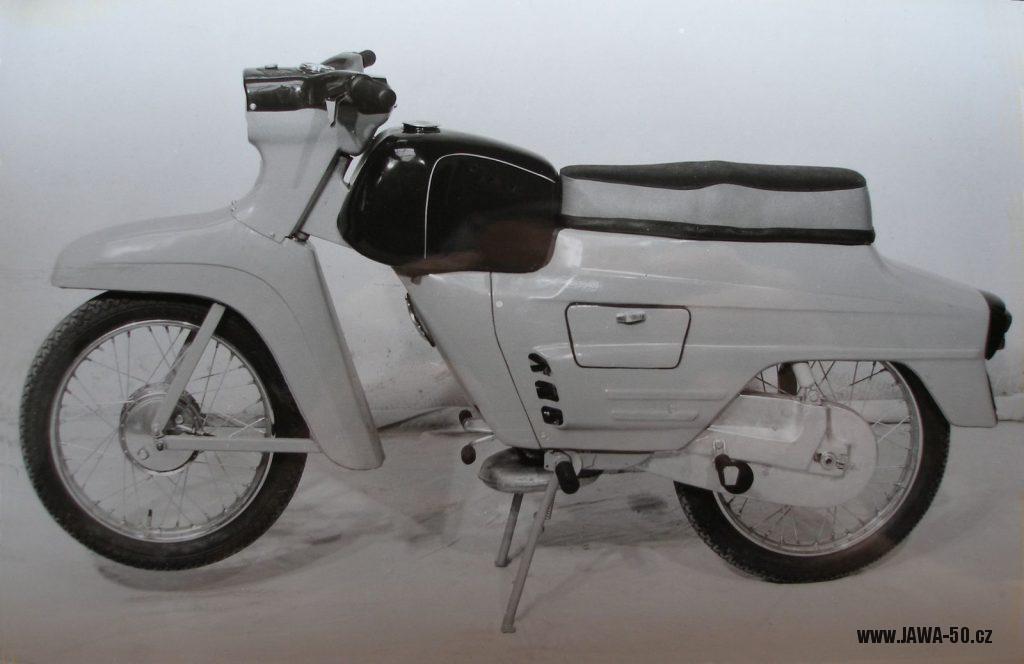 Prototyp motocyklu unifikované řady Manet UR-50 (typ 06) s podvozkem skútru